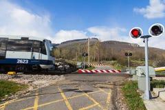 Zug, der eine Straße kreuzt Stockfotos