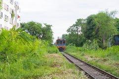 Zug, der in Eisenbahn läuft Stockbild