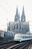 Zug, der Köln-Kathedrale Deutschland Europa führt Stockfotos
