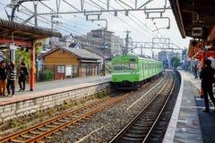 Zug, der kommt, in Kyoto zu stationieren Lizenzfreies Stockfoto