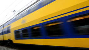 Zug, der nah vorbei an der hohen Geschwindigkeit überschreitet