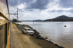 Zug, der Panamakanal führt Stockfotos