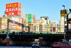 Zug, der in Shinjuku überschreitet Lizenzfreie Stockbilder