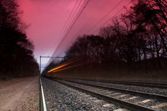 Zug, der sich schnell bewegt Lizenzfreie Stockfotos