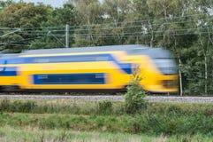 Zug, der sich schnell in Landschaft bewegt Lizenzfreie Stockfotos