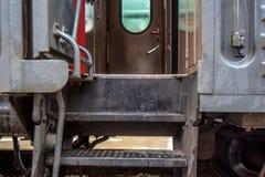 Zug an der Station mit der Tür offen Stockfoto