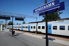 Zug in der Station von Nynashamn Lizenzfreies Stockfoto