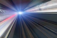 Zug, der in Tunnel beschleunigt Stockfotografie