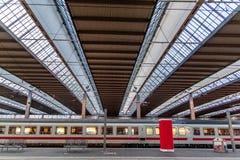 Zug in der U-Bahnstation in München Deutschland lizenzfreies stockfoto