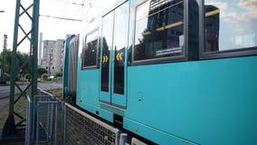 Zug, der um die Kurve kommt zu Station kommt stock video