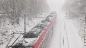 Zug, der vorbei während eines Blizzards überschreitet stock video