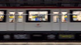 Zug, der zu Barcelona-Metrou-bahnhof kommt stock footage