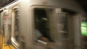 Zug, der zu dekalb Allee-Station im Ny-U-Bahn-System kommt stock footage