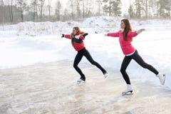 Zug des Eiskunstlaufs mit Lehrling üben am gefrorenen See stockbild