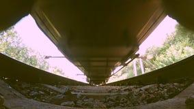 Zug die Ansicht von unten führen Weitwinkel stock video footage