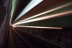Zug in einem Tunnel nachts Stockfotos