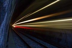 Zug in einem Tunnel nachts Stockbilder