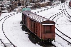 Zug an einer Holzbearbeitungsfabrik Städtische Landschaft stockbilder