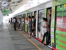 Zug an einer Station Stockfotos