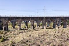 Zug-Eisenbahnbrücke-trockener Fluss Stockbild