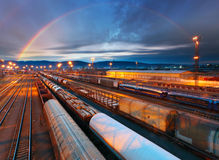 Zug-Frachttransportplattform - Frachtdurchfahrt Stockfotos
