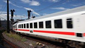 Zug am Hauptbahnhof in Köln, Deutschland stock video footage