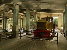 Zug im alten Service-Depot Lizenzfreies Stockfoto