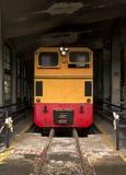 Zug am alten Service-Depot Stockfotos