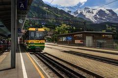 Zug im Bahnhof Wengen Lizenzfreie Stockfotos