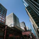 Zug in im Stadtzentrum gelegenem Chicago Lizenzfreie Stockbilder