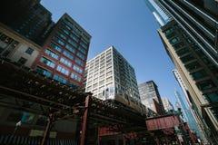 Zug in im Stadtzentrum gelegenem Chicago Stockfoto