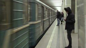 Zug kommt zu der Moskau-Metrostation stock video footage