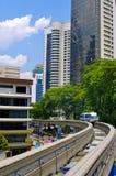 Zug kommt zu einer Bahnstation. Kuala Lumpur Stockfotografie