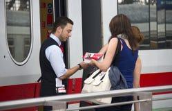 Zug-Leiter überprüft Karten Stockbild