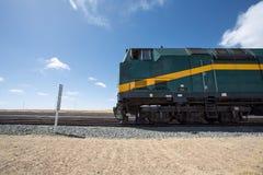 Zug Lhasa - Shanghai stoppte in einer Bahnstation in Tibet lizenzfreie stockbilder