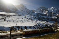 Zug mit Alpenhintergrund Stockfotos
