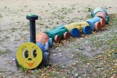Zug mit den Wagen, die von hölzernem hergestellt werden, meldet den Spielplatz an Stockfotos