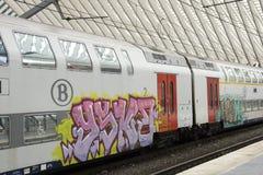 Zug mit Graffiti Stockfotografie