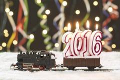 Zug 2016 mit schneebedeckten Schienen auf buntem Hintergrund Stockfoto