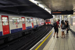 Zug-nähernde Monumentu-bahnstation in London stockfoto