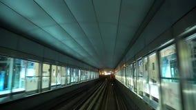 Zug nähert sich und nimmt an der Metrostation, Dubai, Vereinigte Arabische Emirate teil stock footage