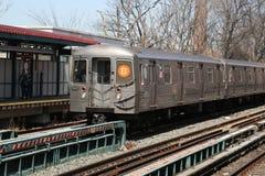 Zug NYC-U-Bahn-B kommt in Allee M Station in Brooklyn an Stockbilder
