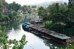 Zug-Reise entlang Fluss Kwai, Kanchanaburi, Thailand Lizenzfreies Stockbild