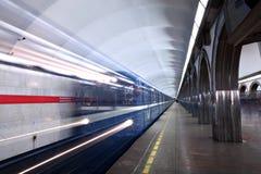 Zug reist von der U-Bahnstation ab. Stockfoto