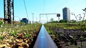 Zug-Schienen in der Stadt stock footage