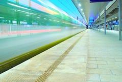 Zug sich schnell bewegend an der U-Bahnstation Stockfotos