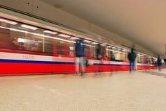Zug sich schnell bewegend an der U-Bahnstation Stockfoto