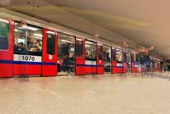 Zug sich schnell bewegend an der U-Bahnstation Lizenzfreies Stockfoto