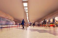 Zug sich schnell bewegend an der U-Bahnstation Lizenzfreie Stockbilder