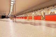 Zug sich schnell bewegend an der U-Bahnstation Lizenzfreie Stockfotografie